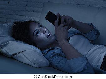 年輕, 美麗的婦女, 躺, 上, 家, 長沙發, 使用, 移動電話, 網際網路, 癮, 概念