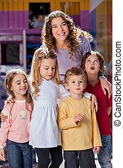 年輕, 老師, 由于, 孩子, 在, 幼儿園