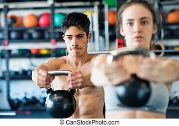 年輕, 适合, 夫婦, 在, 體操, 行使, 由于, kettlebell.