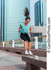 年輕, 适合, 活躍, 婦女, 長凳, 跳躍, 蹲, 跳躍, 上, 城市, 街道。, 健身, 女孩, 做, 鍛煉, outdoors.