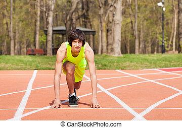 年輕, 運動, 男孩, 在, 開始, 位置, 在, 跑道