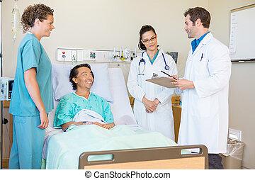 年輕, 醫生, 討論, 注釋, 當時, 愉快, 病人, 以及, 護士, 看, 他們, 在, 醫院房間