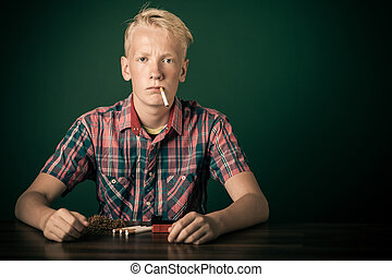 年輕, 青少年男孩, 坐, 抽煙