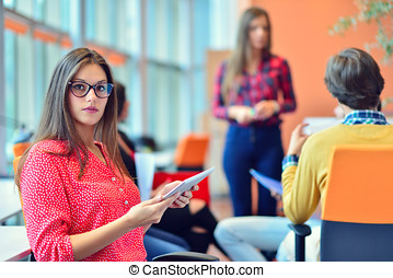 年轻人, 会议, 带, 数字牌子, 在中, 启动, 办公室