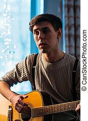 年轻人, 坐, 在家, 同时,, 演奏吉他, 戏剧性