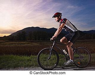 年轻人, 训练, 在上, 山地自行车, 在, 日落