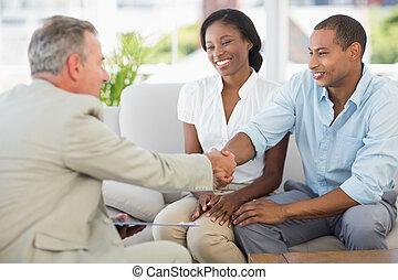 年轻夫妇, 握手, 带, 推销员, 在睡椅上