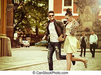 年轻夫妇, 跑, 在中间, 在中, the, 天