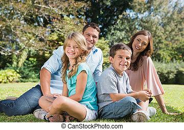 年轻家庭, 坐, 在中, a, 公园