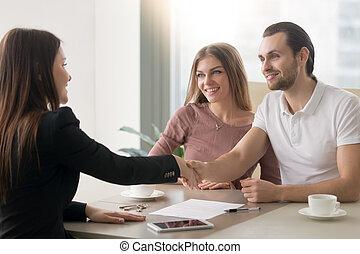 年轻家庭, 夫妇, 会议, 带, 经纪人, 握手, symbolizing, a