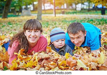 年轻家庭, 走, 在中, 秋季, 公园