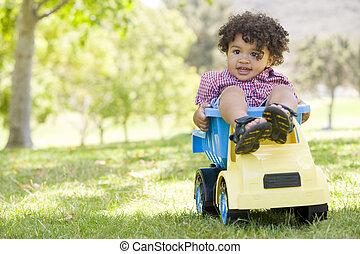 年轻男孩, 在户外, 玩, 在上, 玩具倾倒卡车, 微笑