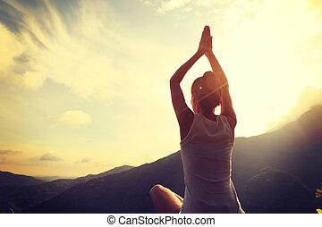 年轻, 健康的生活方式, 妇女, 实践, 瑜伽, 在, 山高峰