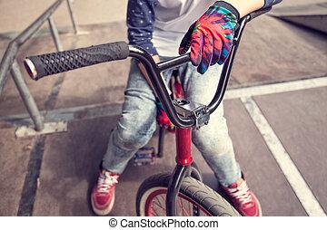 年轻, bmx, 骑手, 男孩坐, 在一辆自行车上