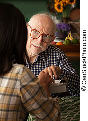 年配の男, 中に, 家, ∥で∥, 心配, プロバイダ, ∥あるいは∥, 調査, 受け手