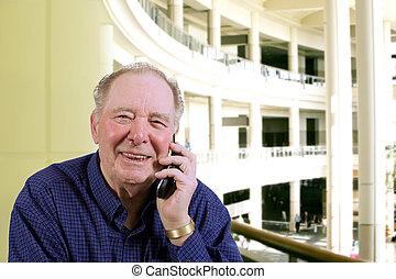 年配の男, 話し続けている携帯電話