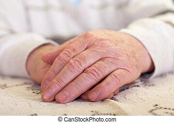 年配, 人間の手