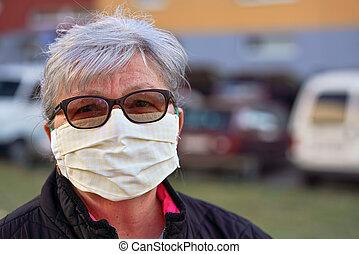 年配, 鼻, ありなさい, 作られた, 外, 口, 防止, の間, 発生, 身に着けていること, coronavirus, ウイルス, ぼんやりさせられた, 建物, 家, 使われた, 顔, 女, シニア, 缶, covid-19, 自動車, マスク, 布, バックグラウンド。