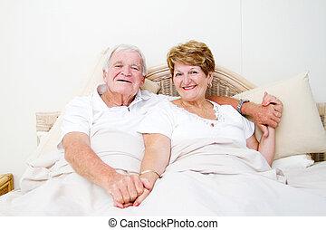 年長の カップル, ベッド, 弛緩, 幸せ
