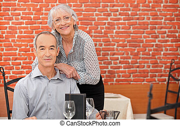 年長の カップル, レストラン
