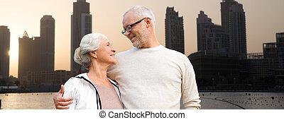 年長の カップル, 上に, ドバイ, 都市 通り, 背景