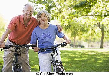年長の カップル, 上に, bicycles