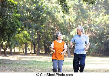 年長の カップル, 公園, 動くこと, 幸せ