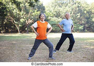 年長の カップル, 公園, 運動, 幸せ