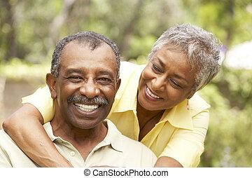 年長の カップル, 屋外で, 抱き合う