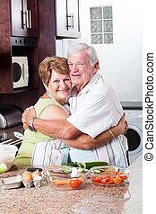 年長の カップル, 抱き合う, 台所