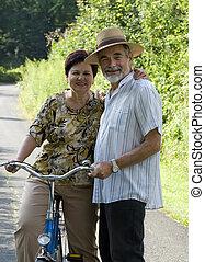 年長の カップル, 自転車に乗ること