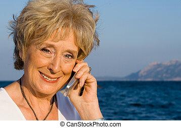 年長の 女性, ∥で∥, 細胞, ∥あるいは∥, 移動式 電話
