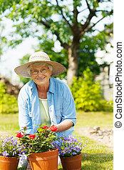 年長の 女性, ∥で∥, 花, 中に, 庭