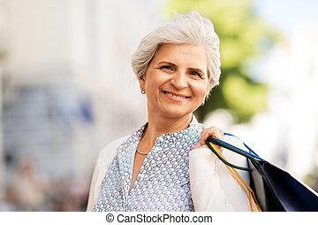 年長の 女性, ∥で∥, 買い物袋, 中に, 都市