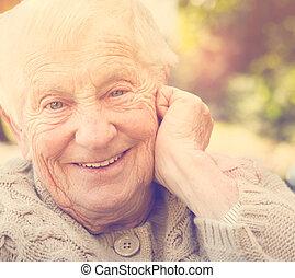 年長の 女性, ∥で∥, a, 大きい, 幸せ, 微笑