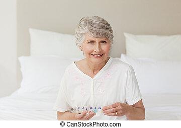 年長の 女性, カメラを見る