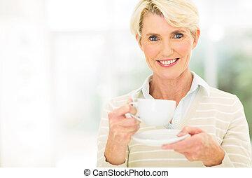 年長の 女性, コーヒー, 持つこと
