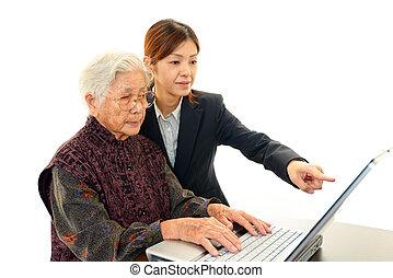 年長の 女性, ノート