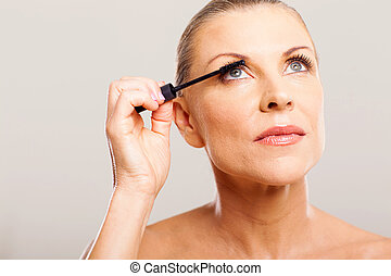 年長の 女性, パッティング, mascara