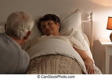 年長の 女性, ベッド