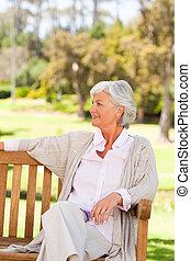 年長の 女性, 上に, a, ベンチ