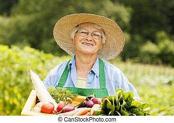 年長の 女性, 保有物, 木製の箱, ∥で∥, 野菜