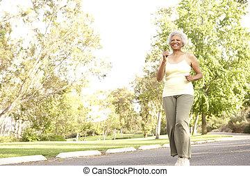 年長の 女性, 公園, ジョッギング