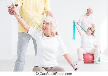 年長の 女性, 取り組み