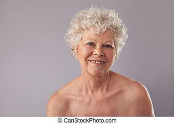 年長の 女性, 微笑, 上に, 灰色, 背景