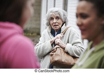 年長の 女性, 感じ, 脅かされる, によって, ティーンエージャーの少女たち