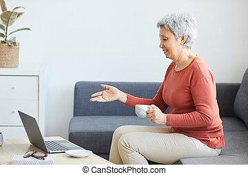 年長の 女性, 持つ, オンラインの会議