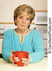 年長の 女性, 見る, 不幸, 手掛かり, a, コーヒーマグ