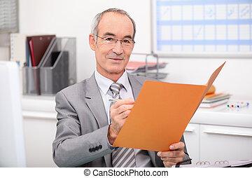 年長者, 商人, 閱讀, a, 文件夾
