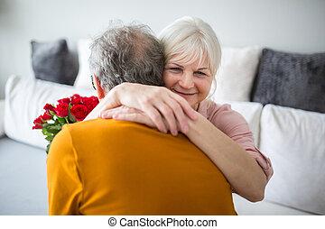 年長者, 夫人, 擁抱, 她, 丈夫, 藏品, 束玫瑰